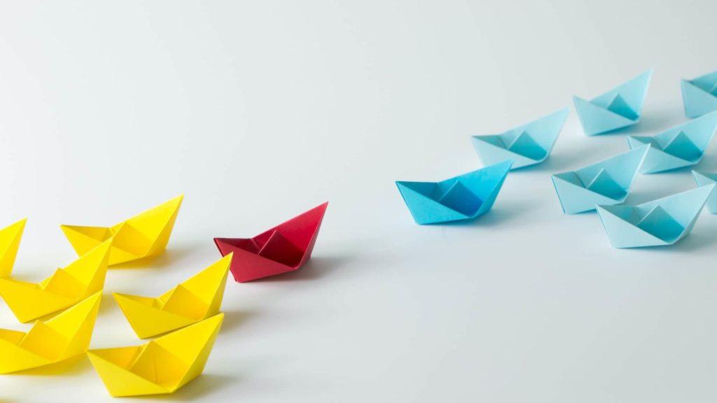Barche di carta di diversi colori: come svolgere una analisi dei competitor.